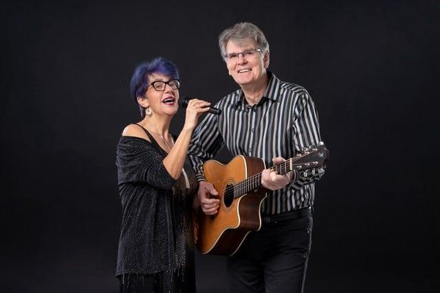 Regina Aust (Klavier und Gesang) & Hubert Förschner (Gitarre und Klavier)